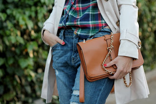 05-boyfriend-jeans-plaid-shirt-trench-coat-sheinside-vintage-clutch-red-metal-toe-cap-pumps-heels